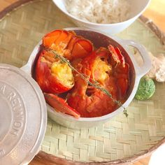 Cari de homard au combava | Je cuisine créole Kaffir Lime, Maurice, Fish, Beautiful, Meals, Food Items, Creole Cuisine, One Pot Meals, Seafood