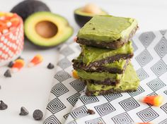 Get in the Halloween Spirit With These Drool-Worthy Avocado Zombie Bars - Brit + Co Scary Halloween Food, Healthy Halloween Treats, Easy Halloween, Healthy Treats, Spooky Treats, Halloween Party, Creepy Food, Halloween Stuff, Halloween Decorations
