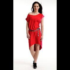 Sweetie - velmi ležérní šaty s páskem šaty Sweetie velmi komfortního střihu, zadní délka prodloužená, šaty jsou členěné na 4 díly, přední díl jasně červená, zadní díl tmavší červená, bok ze dvou dílů stejné růžové, v boku všitý pásek - károvaný bavlněný šikmý proužek - dostatečně dlouhý na dvojité opásání, volný výstřih lodičkového typu ...