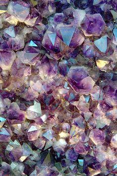 Amethyst and rose quartz-Crystal encyclopedia Crystal Magic, Rose Quartz Crystal, Pink Quartz, Crystal Grid, Crystal Healing, Aesthetic Iphone Wallpaper, Aesthetic Wallpapers, Wallpaper Backgrounds, Crystal Aesthetic