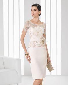 Kurzes Kleid aus Strass besetztem Piqué und Spitze. Erhältlich in Kobalt, Grün, Marineblau, Beige, Pink und Schwarz.