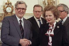 Garret FitzGerald, primer ministro de la República de Irlanda, y Margaret Thatcher, su homóloga del Reino Unido, se dan la mano tras firmar el Acuerdo anglo-irlandés de 1985. Más información sobre el Acuerdo en http://en.wikipedia.org/wiki/Anglo-Irish_Agreement Puedes consultarlo en http://cain.ulst.ac.uk/events/aia/aiadoc.htm #TheTroubles