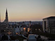 """Der """"Mont des Art"""" - der Kunstberg -vereint unterschiedliche Museen sowie bedeutende kulturelle Einrichtungen, wie die Königliche Bibliothek Belgiens, zu einem einzigartigen Ensemble. Zu finden sind hier u. a. das Königliche Museum der Schönen Künste, das Magritte-Museum oder das Musikinstrumentenmuseum, das im prachtvollen Jugendstilgebäude des ehemaligen """"Old England""""-Kaufhauses untergebracht ist. Magritte, Paris Skyline, England, Travel, Art, Europe, Brussels, World's Fair, Communities Unit"""