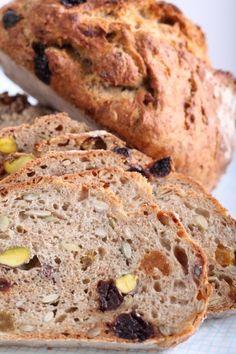 No Knead: Muesli Spelt Ontbijtbrood met Pistache & Kersen of je eigen favoriete vulling van fruit, noten, zaden, vlokken