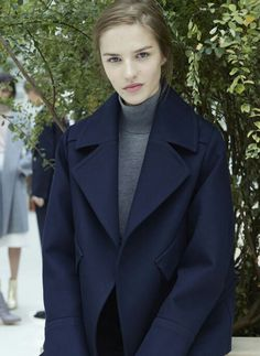 Style Sights – Zara offers a look at its latest styles with the brand's September-October style book starring models Franzi Mueller, Antonina Vasylchenko… Navy Wool Coat, Zara Looks, Looks Style, My Style, October Fashion, Zara New, Blue Coats, Lookbook, Wraps