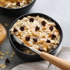 Peanut Butter Overnight Oats are the best breakfast in so many ways! Made with rolled oats, chia seeds, all-natural peanut butter, and almond milk, this vegan overnight oats recipe is a winner. Healthy Oatmeal Recipes, Healthy Summer Recipes, Oats Recipes, Healthy Breakfast Recipes, Healthy Baking, Smoothie Recipes, Vegan Recipes, Smoothies, Healthy Eats