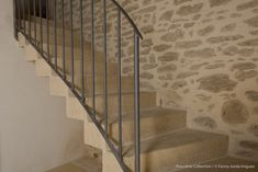 Réalisation d'un escalier tournant dans cette ancienne grange. Marches massives sur mesure en béton, aspect pierre.