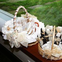 Cesta con detalles para las chicas. Se trata de unos saquitos de tela de algodón que contienen, gel, colonia y jabón. Están personalizados en la etiqueta con el nombre de cada invitada.