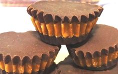 כמה שהם קטנים - ככה הם טעימים! חטיפי שוקולד וחמאת בוטנים / לוטוס שמכינים בקלות וללא אפייה כלל! נשמרים במקפיא מעל לחודש ימים ומעולים כקינוח לאירוח. Vegan Dessert Recipes, Sweets Recipes, Delicious Desserts, Yummy Food, Cookie Desserts, Cookie Recipes, Candy Melts, Healthy Cookies, Vegan Treats