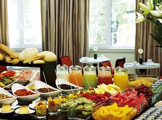 Loving this breaky buffet set-up Hotel Breakfast Buffet, Hotel Buffet, Gourmet Breakfast, Breakfast Fruit, Brunch Buffet, Party Buffet, Fruit Buffet, Food Buffet, Coffee Break