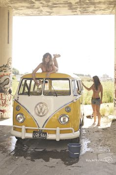 girls and cars - vw bus with 2 girls, one on roof Volkswagen Bus, Volkswagen Transporter, Vw T1, Vw Camper Vans, Jeep Carros, Combi Ww, Vw Caravan, Combi Split, Sexy Autos
