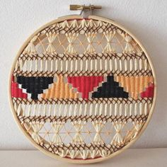 I am really loving the craft of weaving right now, what a clever way to use your embroidery Hoop.Weaving in an embroidery hoop. I could never do this, but it's pretty darned cool! Weaving Textiles, Weaving Art, Loom Weaving, Tapestry Weaving, Embroidery Stitches, Hand Embroidery, Japanese Embroidery, Flower Embroidery, Vintage Embroidery