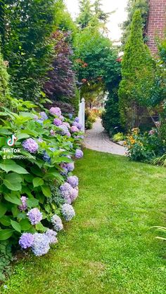 House Landscape, Landscape Design, Savage Garden, Beautiful Gardens, Beautiful Flowers, Flower Garden Design, Garden Deco, Backyard Landscaping, Backyard Ideas