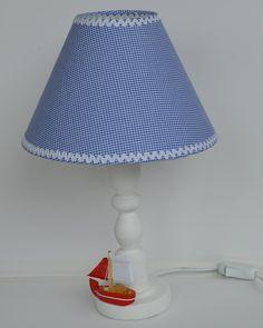 Abajur estilo náutico, cupula em tecido xadrez Azul e branco. Pé em madeira pintado de branco. Veleiro em madeira e tecido. Diametro da cupula 25 cm. <br>Pode ser feito sob encomenda em outras cores a combinar.