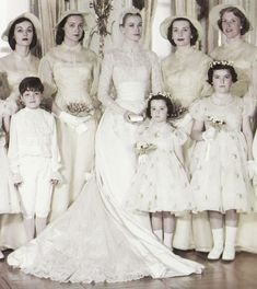 La princesa Grace de Mónaco junto a sus damas de honor el día de su boda con el Príncipe Raniero III de Mónaco el 19 de Abril de 1956.