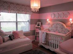 deco chambre romantique, plafonnier baroque, tapis gris, lit bébé baroque, appliques murales