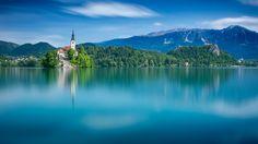 Скачать обои горы, остров, Словения, Бледское озеро, Блед, Lake Bled, Юлийские Альпы, Julian Alps, Slovenia, водная гладь, озеро, Bled, раздел пейзажи в разрешении 1920x1080