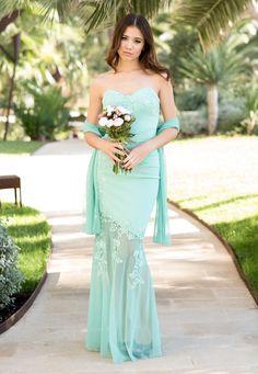 Vestido en tono verde para aquellas novias que quieren salir de lo habitual con un estilo muy sutil y femenino.