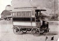 明治38年(1905年)2月に日本で初めての国産乗合いバスとして運行されました。  エンジンはアメリカ製の18馬力、運行区画は西区横川町から安佐北区可部までの約14,5キロ。  ボディは総ケヤキづくりで重量は1トン、12人乗りで車掌付きでした。