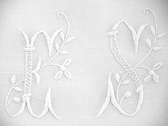 LINGE ANCIEN/Beau monogramme ES rehaussé de feuillage brodé sur toile de lin et coton pour couture