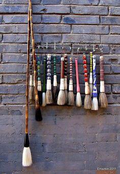 Pinceles Chinos.Chinese brushes | Flickr: Intercambio de fotos Brooms And Brushes, Beijing, Brush Drawing, Ceramic Tools, Chinese Brush, Art Corner, Japanese Calligraphy, China Art, Zen Art