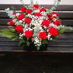 Realizat din trandafiri roșii, Gypsophila alba și eucalipt Gypsophila, Red And White, Floral Wreath, Wreaths, Home Decor, Floral Crown, Decoration Home, Door Wreaths, Room Decor