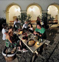Erstes Probesitzen auf der Weinviertler Heurigenbank! Demnächst unterm Nussbaum, mit Hut und einem Achterl Weinviertel DAC. Wer als nächster Botschafter folgt wird noch nicht verraten..