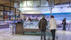 Mitten im Markt können Kunden jetzt auch frische Austern schlürfen. Die Ware wird in der Nacht in Frankreich verpackt und jeden Morgen um vier Uhr in Krefeld angeliefert.