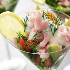 En klassisk förrätt ackompanjerad av avokado och tomat. Swedish Recipes, Party Food And Drinks, Best Appetizers, Vegan, Fresh Rolls, Entrees, Potato Salad, Tapas, Seafood