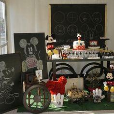 Festa super fofa e criativa com tema Mickey. Adorei os chalkboards! Por…