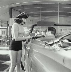 There are just over 20 drive-in restaurants and 300 drive-in movie theatres left nationwide in the US. Here, MailOnline Travel takes a nostalgic glimpse back at this vanishing pastime. Vintage Diner, Mode Vintage, Vintage Cars, Vintage Films, Vintage Travel, American Diner, Drive In Theater, The Good Old Days, Vintage Pictures