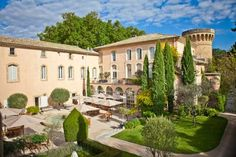 Château De Massillan Uchaux The Chateau de Massillan is located in the heart of Provence on 24 acres of parkland. It offers free Wi-Fi and has a swimming pool.  The Chateau de Massillan has spacious guestrooms, all with views of the surrounding parkland.