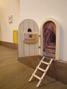Puerta para el ratón Pérez que se abre. Tiene un pequeño cestillo en su interior para guardar el diente de leche y que Pérez deje su sorpresa. Personalizada con el nombre del niño. Puerta hecha a mano por La iluminista.