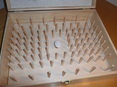 Con l'aiuto di mio marito abbiamo creato un doppio fondo sul quale abbiamo fissato un pomello e dei bastoncini su cui verranno posizionate le bobine di filo