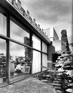 Vista exterior de la biblioteca-estudio, Casa Yáñez, Calle Cantil 121, Jardines del Pedregal, México DF 1958  Arq. Enrique Yáñez -  Exterior view of the library-studio, Casa Yanez, Gardens of Pedregal, Mexico City 1958