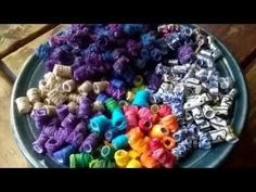 How to make beads from string or yarn, jewelry making, beading, recycling, bead making Plastic Bottle Tops, Recycled Plastic Bags, Plastic Beads, Fabric Beads, Fabric Jewelry, Paper Beads, Bead Crafts, Jewelry Crafts, Diy Crafts