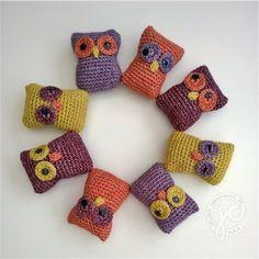 Kijk wat ik gevonden heb op Freubelweb.nl: een gratis haakpatroon van Jellina Creations om deze leuke uiltjes te maken https://www.freubelweb.nl/freubel-zelf/gratis-haakpatroon-uiltjes-2/