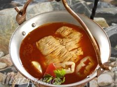Balatoni halászlé recept Hungarian Recipes, Hungarian Food, Fish Dishes, Soups And Stews, Thai Red Curry, Food And Drink, Favorite Recipes, Beef, Cooking