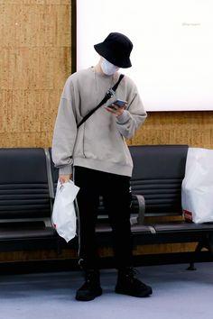 Korean Fashion Men, Kpop Fashion, Fashion Outfits, Airport Fashion, Kpop Outfits, Korean Outfits, Star Clothing, Baekhyun, Tokyo