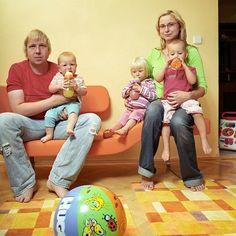 Autorretratos em diferentes famílias reimaginando diversas vidas na fotografia de Dita Pepe
