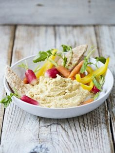This easy to make and healthy skinny homemade hummus recipe from Jamie Oliver makes for a truly delicious side dish that is perfect for dipping. Healthy Homemade Snacks, Homemade Hummus, Nutritious Snacks, Vegan Recipes Easy, Vegetarian Recipes, Cooking Recipes, Tasty Snacks, Chilli Recipes, Quick Recipes