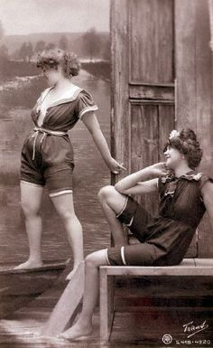 bathing beauties studio portraits of two young women posing in bathing suits 's 's 's 's Bathing Beauty Parade Vintage Vogue, Vintage Ladies, Vintage Fashion, Vintage Photographs, Vintage Photos, Vintage Stuff, 1920s Bathing Suits, Bathing Costumes, Vintage Swimsuits