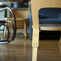 スツール 60 同様、フィンランドの建築家、アルヴァ・アルトが1935年にデザインしたチェアです。 生まれてから約80年もの間、継続して生産されているという素晴らしい製品です。小振りにみえますが座面の広さは十分。 また背もたれは合板特有の柔らかさがあり、座り心地も抜群です。 ダイニングチェア、デスクチェア、またお子様用の椅子としてもおすすめです。