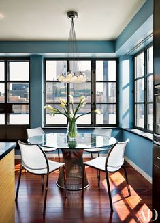 Jane Siris and Peter Coombs, both of Siris/Coombs Architects, reconfigured one of the apartment's bedrooms into a light-filled breakfast area with views of the Hudson River. Dining Room Design, Dining Rooms, Dining Area, Dining Table, Casa Loft, New York Apartments, Architectural Digest, Elle Decor, Room Decor