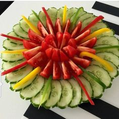 Veggie Platters, Veggie Tray, Fruit Tray Designs, Amazing Food Decoration, Fruit And Vegetable Carving, Food Carving, Food Garnishes, Food Crafts, Food Presentation