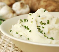 mashed potatoes sprinkled with chives. fresh garlic chives and uncooked potatoes in soft focus in background. macro with shallow dof. Roasted Garlic Mashed Potatoes, Easy Mashed Potatoes, Cauliflower Mashed Potatoes, Mashed Potato Recipes, Keto Cauliflower, Potato Dishes, Classic Mashed Potatoes Recipe, Frango Chicken, Veggies