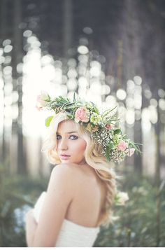 beautiful bride with a dreamlike flowercrown, photo: Elena engels   www.hochzeitsguide.com