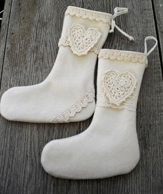Moski: Wool stockings with crochet hart. Julestrømper av ullkåpe dekorert med heklet hjerte Christmas Craft Projects, Crafts To Make, Christmas Stockings, Holiday Decor, Boots, Fashion, Needlepoint Christmas Stockings, Crotch Boots, Moda