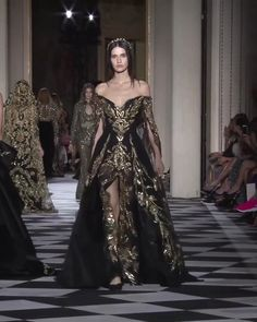 Zuhair Murad Look 9 - Stunning Gold Embellished Slit Off Shoulder A-Lane Evening Maxi Dress / Evening Gown Long Sleeves and a Train. Couture Fall Winter Collection Runway by Zuhair Murad Source by tashiggy - Couture Fashion, Runway Fashion, Fashion Models, Gold Fashion, Elegant Dresses, Pretty Dresses, Evening Dresses, Prom Dresses, Ball Dresses
