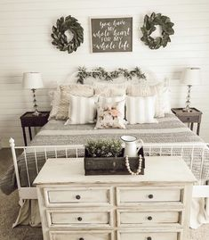 Small baby room: ideas to make this little corner special - Home Fashion Trend White Iron Beds, White Metal Bed, Farmhouse Bedroom Decor, Home Bedroom, Bedroom Ideas, White Rustic Bedroom, Rustic Bedroom Design, Rustic Bedrooms, Rustic Bedding